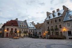 huizen van de de 17de Eeuw shingled patrimonial steen met geworpen metaal of daken royalty-vrije stock foto