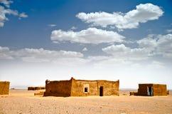 De huizen van de modder in de woestijn van de Sahara stock fotografie