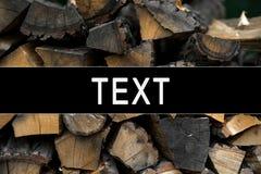 Huizen van het logboeken de houten die logboek keurig als achtergrond en natuurlijke textuur worden gestapeld royalty-vrije stock foto