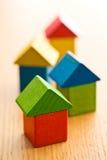 Huizen van houten stuk speelgoed blokken worden gemaakt dat Stock Afbeelding
