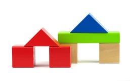 Huizen van stuk speelgoed houten kleurrijke bouwstenen worden gemaakt die Royalty-vrije Stock Foto