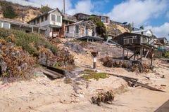 Huizen in verval die langs het strand en de kustlijn van Crystal Cove worden hersteld stock afbeelding