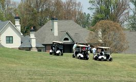Huizen voor verkoop op golfcursus Royalty-vrije Stock Fotografie