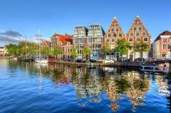Huizenbezinning in de kanalen van Haarlem, Nederland royalty-vrije stock afbeelding