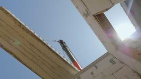 Huk żuraw trzyma ogromnego zasięrzutnego panelu nad ścianami dom Dolny widok zbiory