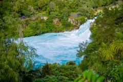 Huka puissant tombe sur la rivière de Waikato près de l'île du nord Nouvelle-Zélande de Taupo image stock