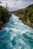 Huka puissant tombe sur la rivière de Waikato près de l'île du nord Nouvelle-Zélande de Taupo images stock