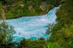 Huka puissant tombe sur la rivière de Waikato près de l'île du nord Nouvelle-Zélande de Taupo photos stock