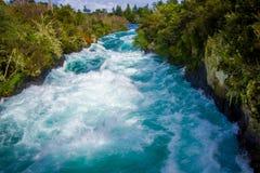 Huka puissant tombe sur la rivière de Waikato près de l'île du nord Nouvelle-Zélande de Taupo photographie stock