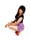 Huka sig ned flicka på golv. Royaltyfria Bilder