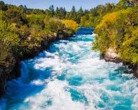 Huka tombe sur la rivière de Waikato près de Taupo photos stock