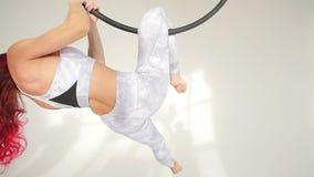 hula箍的妇女杂技演员在白色背景中 影视素材
