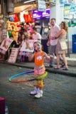 hula обруча девушки немногая играя Стоковое Изображение RF