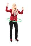 少妇跳舞的全长画象与hula箍的 免版税库存图片