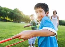 Hula-hoop che gode del concetto allegro di svago di aria aperta Fotografia Stock