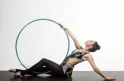 Hula obręcz w ręce stopswoman na białym tle hula obręcz w ręce kobiety gimnastyczka Fotografia Stock