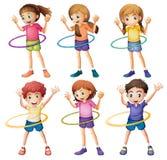 演奏hulahoop的孩子 免版税库存图片