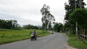 Hulajnoga biega na wiejskiej drodze w Quang Nam, Wietnam zdjęcie wideo