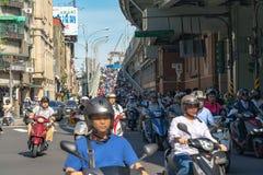 Hulajnogi siklawa w Tajwan Ruchu drogowego dżem tłoczył się motocykle na rampie Taipei most fotografia stock