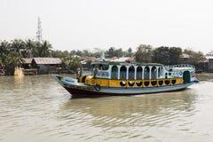 Hularhat,孟加拉国, 2017年2月27日:一艘五颜六色的船巡航港口 库存图片