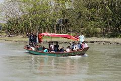 Hularhat,孟加拉国, 2017年2月27日:本机乘坐水出租汽车 库存照片