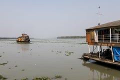 Hularhat, Bangladesh, el 27 de febrero de 2017: El Rocket - un vapor de paleta antiguo dirige al embarcadero de Hularat en un río imagen de archivo libre de regalías