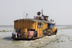Hularhat, Bangladesh, el 27 de febrero de 2017: El Rocket - un vapor de paleta antiguo sale del embarcadero de Hularat y va a Khu imagen de archivo libre de regalías