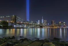 9/11 Hulde in Lichten bij de Brug en Lower Manhattan Sk van Brooklyn stock fotografie