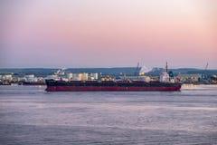 Hull, Engeland - Mei 04 2018: Het overgaan door de industriële horizon dicht bij Hull - het Verenigd Koninkrijk stock fotografie