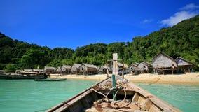 Hull van houten boot aan het dorp van de Eilandbewoner bij Koh Surin stock afbeelding