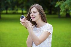 Hulp dichte omhooggaand van de lippenstift mooie jonge donkerbruine vrouw Stock Foto