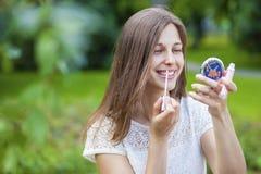 Hulp dichte omhooggaand van de lippenstift mooie jonge donkerbruine vrouw Royalty-vrije Stock Afbeelding