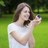Hulp dichte omhooggaand van de lippenstift mooie jonge donkerbruine vrouw Stock Fotografie