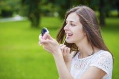 Hulp dichte omhooggaand van de lippenstift mooie jonge donkerbruine vrouw Stock Afbeelding