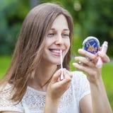 Hulp dichte omhooggaand van de lippenstift mooie jonge donkerbruine vrouw Royalty-vrije Stock Fotografie