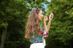 Hulp dichte omhooggaand van de lippenstift mooie jonge donkerbruine vrouw Stock Afbeeldingen