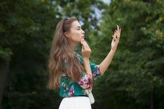 Hulp dichte omhooggaand van de lippenstift mooie jonge donkerbruine vrouw Royalty-vrije Stock Foto