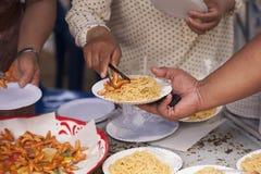Hulp met voedende dakloze mensen om honger te verminderen Armoedeconcept royalty-vrije stock afbeeldingen