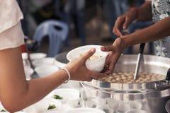 Hulp met voedende dakloze mensen om honger te verminderen Armoedeconcept royalty-vrije stock foto