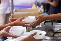 Hulp met voedende dakloze mensen om honger te verminderen Armoedeconcept stock afbeelding