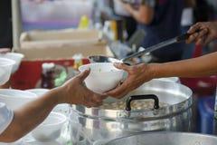 Hulp met voedende dakloze mensen om honger te verminderen Armoedeconcept royalty-vrije stock afbeelding