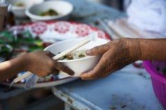 Hulp met voedende dakloze mensen om honger te verminderen Armoedeconcept royalty-vrije stock foto's