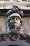 Hulpbeeldhouwwerk van een hoofd in de helm van een ridder stock foto