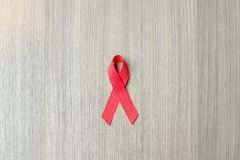 Hulpdag en van hartkwaalkanker Voorlichting, Rood Lint op houten achtergrond voor het steunen van mensen het leven royalty-vrije stock afbeeldingen