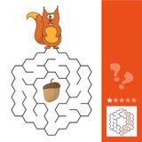 Hulpeekhoorn om manier aan pinecone te vinden in het labyrintspel Royalty-vrije Stock Fotografie