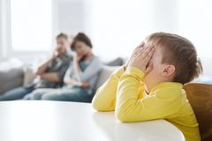 Hulpeloze ouders en hun slecht gedragende zoon thuis royalty-vrije stock foto
