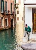 Hulpgondelier in afwachting van aankomst van gondel Venetië stock fotografie