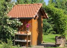Hulpmiddel dat in de tuin wordt afgeworpen royalty-vrije stock foto's
