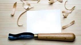 Hulpmiddel om op een houten achtergrond met spaanders woodcarving Royalty-vrije Stock Foto's