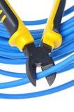 Hulpmiddelbuigtang die blauwe kabel snijden Stock Foto's